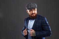 Retrato de la moda del hombre barbudo en traje Viejo muchacho del inconformista Hombre hermoso en sombrero Brutal imagen de archivo