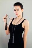 Retrato de la moda del modelo hermoso de la mujer en paño negro fotografía de archivo libre de regalías