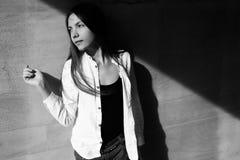 Retrato de la moda del primer de la muchacha adolescente del inconformista que camina en la ciudad Imágenes de archivo libres de regalías
