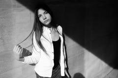 Retrato de la moda del primer de la muchacha adolescente del inconformista que camina en la ciudad Imagen de archivo
