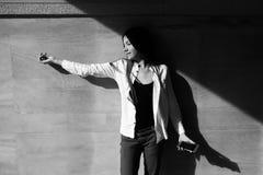 Retrato de la moda del primer de la muchacha adolescente del inconformista que camina en la ciudad Fotografía de archivo libre de regalías