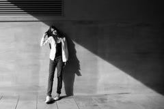 Retrato de la moda del primer de la muchacha adolescente del inconformista que camina en la ciudad Foto de archivo