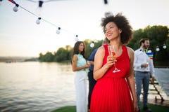 Retrato de la moda de la forma de vida del verano de la mujer negra elegante con la bebida imagen de archivo