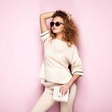 Retrato de la moda de la mujer en equipo del verano Imagen de archivo libre de regalías