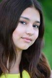 Retrato de la morenita adolescente con el pelo largo Foto de archivo libre de regalías