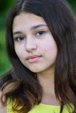 Retrato de la morenita adolescente con las lentes azules en ojos Imágenes de archivo libres de regalías