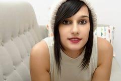 Retrato de la morenita bastante joven con el sombrero del invierno Fotografía de archivo libre de regalías