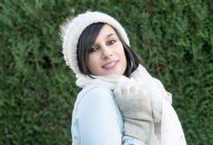 Retrato de la morenita bastante joven con el sombrero del invierno, al aire libre Imagenes de archivo