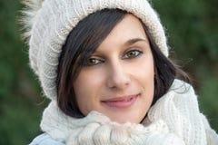 Retrato de la morenita bastante joven con el sombrero del invierno, al aire libre Foto de archivo