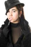 Retrato de la morenita bastante joven en guantes con las garras foto de archivo libre de regalías