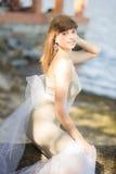 Retrato de la morenita delgada joven hermosa fotos de archivo