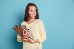 Retrato de la morenita joven hermosa con los cuadernos Imágenes de archivo libres de regalías