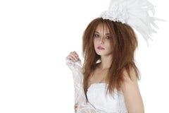 Retrato de la morenita joven hermosa en vestido de boda sobre el fondo blanco Imagen de archivo