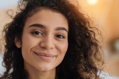 Retrato de la morenita joven hermosa que emite en cámara Fotografía de archivo libre de regalías