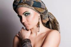 Retrato de la muchacha árabe. Mujer en un pañuelo. imágenes de archivo libres de regalías