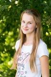 Retrato de la muchacha 14 años en naturaleza Foto de archivo