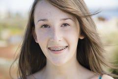 Retrato de la muchacha adolescente al aire libre Foto de archivo