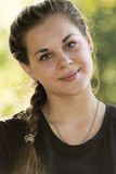 Retrato de la muchacha adolescente al aire libre Foto de archivo libre de regalías