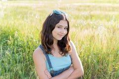 Retrato de la muchacha adolescente al aire libre Fotos de archivo
