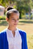 Retrato de la muchacha adolescente al aire libre Imagenes de archivo