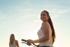 Retrato de la muchacha adolescente asiática atractiva con la bici Imagenes de archivo