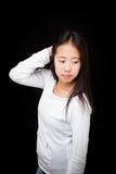 Retrato de la muchacha adolescente asiática que presenta en fondo negro Imagen de archivo libre de regalías