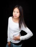 Retrato de la muchacha adolescente asiática que presenta en fondo negro Fotos de archivo