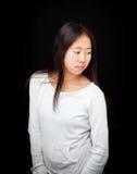 Retrato de la muchacha adolescente asiática que presenta en fondo negro Imagenes de archivo