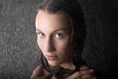 Retrato de la muchacha adolescente atractiva en estudio del agua Imágenes de archivo libres de regalías