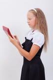 Retrato de la muchacha adolescente con la calculadora en blanco Fotos de archivo libres de regalías