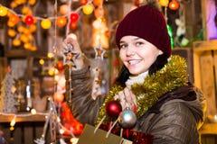Retrato de la muchacha adolescente con la decoración de la Navidad Imágenes de archivo libres de regalías