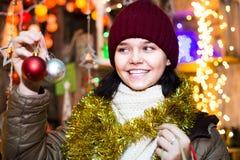 Retrato de la muchacha adolescente con las guirnaldas de la Navidad Fotos de archivo