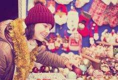 Retrato de la muchacha adolescente con los regalos de la Navidad Imagenes de archivo