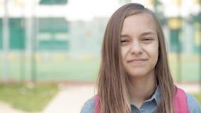 Retrato de la muchacha adolescente con la mochila almacen de video