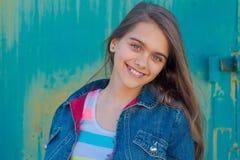 Retrato de la muchacha adolescente de moda con el pelo largo Fotos de archivo