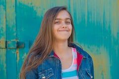 Retrato de la muchacha adolescente de moda con el pelo largo Foto de archivo libre de regalías