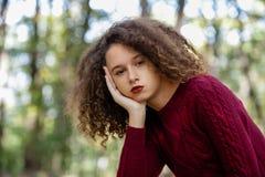 Retrato de la muchacha adolescente del pelo rizado al aire libre Imagenes de archivo