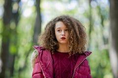 Retrato de la muchacha adolescente del pelo rizado al aire libre Imagen de archivo