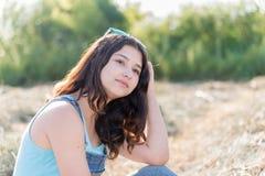 Retrato de la muchacha adolescente en campo con la paja Foto de archivo libre de regalías