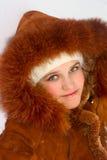 Retrato de la muchacha adolescente en capa de zalea Imagenes de archivo