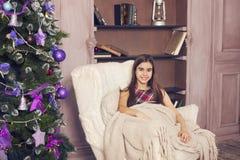 Retrato de la muchacha adolescente en fondo del árbol de navidad Imagenes de archivo