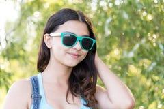 Retrato de la muchacha adolescente en gafas de sol el verano de la naturaleza Foto de archivo libre de regalías