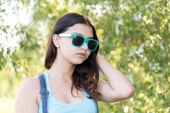 Retrato de la muchacha adolescente en gafas de sol el verano de la naturaleza Fotografía de archivo
