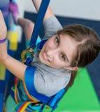 Retrato de la muchacha adolescente en la pared que sube Fotos de archivo
