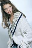 Retrato de la muchacha adolescente en ropa elegante Fotografía de la moda adentro Fotografía de archivo libre de regalías