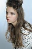 Retrato de la muchacha adolescente en una camisa elegante y un peinado casual Molestia Imagen de archivo