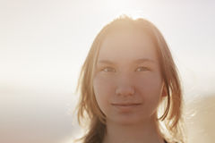 Retrato de la muchacha adolescente feliz en la playa Fotografía de archivo