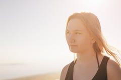 Retrato de la muchacha adolescente feliz en la playa Imagenes de archivo