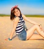 Retrato de la muchacha adolescente hermosa cerca del mar Imagenes de archivo