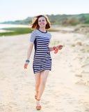Retrato de la muchacha adolescente hermosa cerca del mar Fotografía de archivo libre de regalías